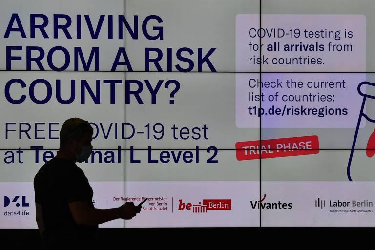 Tela com informações sobre testes de detecção da Covid-19 a viajantes que chegam a aeroporto em Berlim
