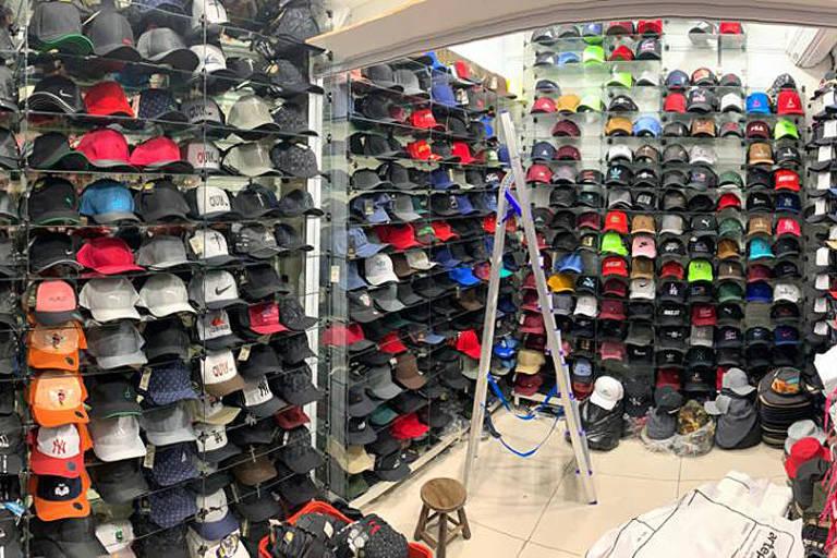 Polícia apreende 20 toneladas de produtos com suspeita de falsificação em shopping na rua 25 de Março