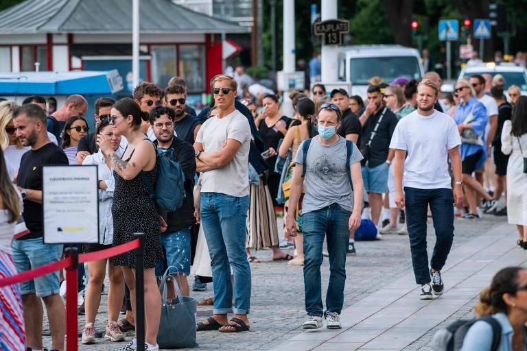 Pessoas caminham em Estocolmo em meio à pandemia de coronavírus