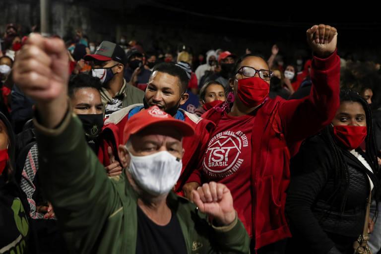 Manifestantes do Movimento dos Trabalhadores Sem Teto (MTST) fizeram ato na zona sul de São Paulo contra despejos durante a pandemia do novo coronavírus