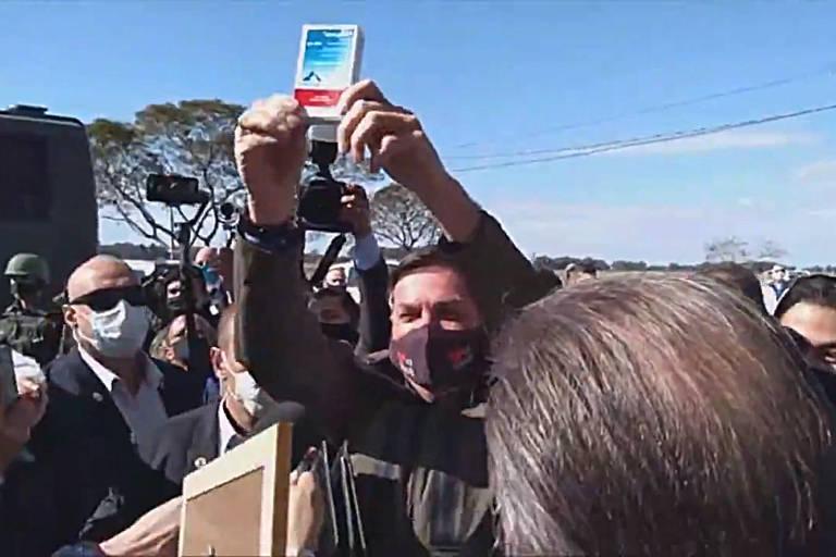 Bolsonaro mostra caixa de cloroquina para apoiadores em Bagé; veja fotos de hoje