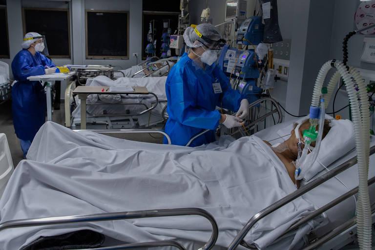 Paciente é monitorada por profissionais do MSF na UTI do Hospital Tide Setubal.