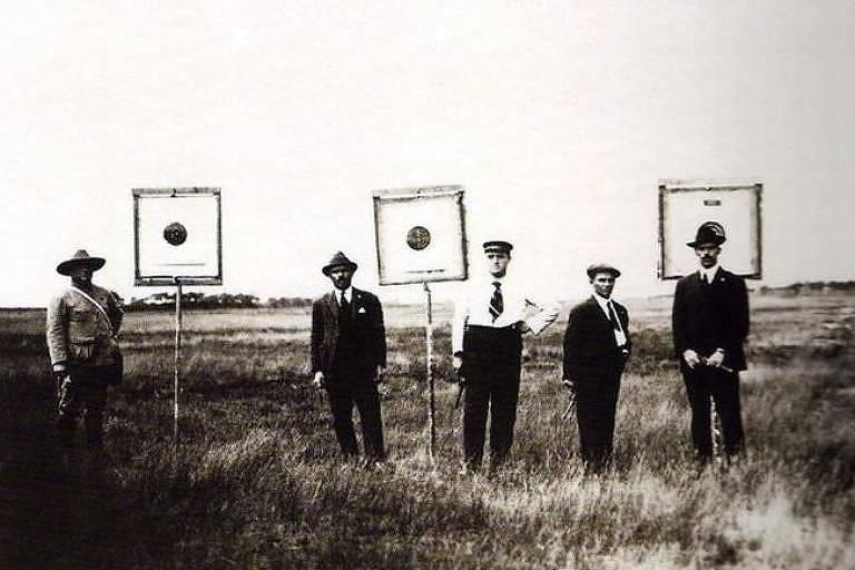 Equipe de tiro do Brasil nos Jogos Olímpicos de 1920, na Antuérpia; Guilherme Paraense conquistou medalha de ouro