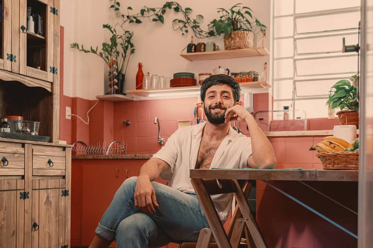 Tito Benício, 31, designer aproveitou a pandemia para mudar a cozinha da casa em que mora com o namorado, Lucas, no Higienópolis, em São Paulo