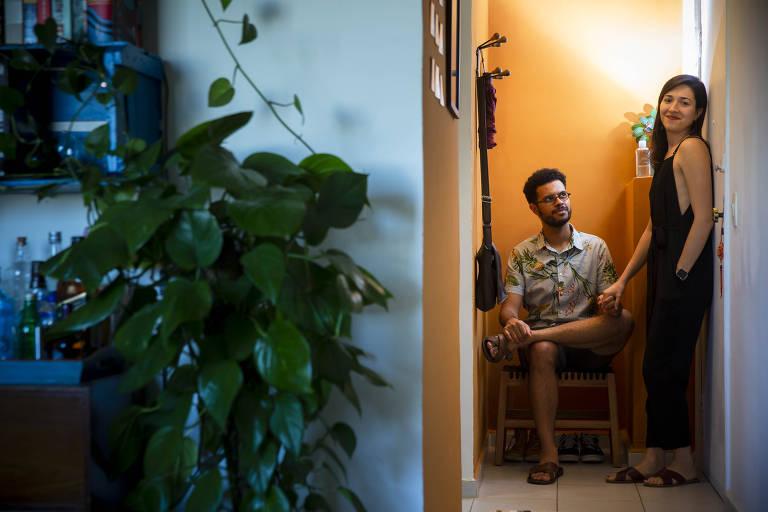 O arquiteto e paisagista Thiago, 33, e sua esposa, Paula, aproveitaram a pandemia e o maior período do tempo dentro de casa para fazer uma minirreforma no hall de entrada do apartamento em que moram
