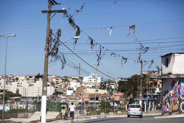 Segundo levantamento da Enel, houve um aumento nos casos de desligamento da energia elétrica causada por pipas presas na fiação dos postes de luz, como na rua Orfeu de Monteverdi, no Jardim Leticia na região do Capão Redondo