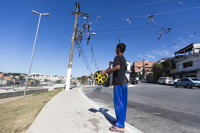 Segundo levantamento da Enel-SP, houve um aumento nos casos de desligamento da energia elétrica causada por pipas presas na fiação dos postes de luz, como na rua Orfeu de Monteverdi, no Jardim Leticia, na região do Capão Redondo, zona sul da capital