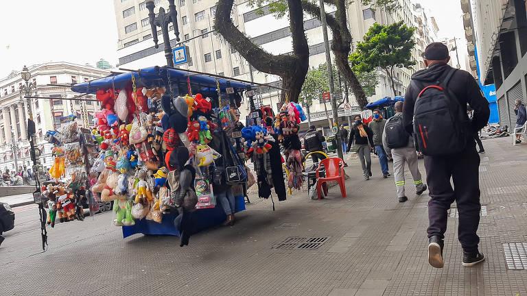 Ambulantes no entorno do Theatro Municipal, no centro da capital; os trabalhadores irregulares tiveram de enfrentar a pandemia do novo coronavírus para conseguir pagar suas contas no fim do mês