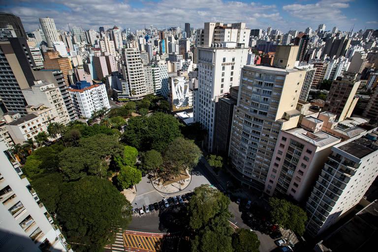 Vista aérea do largo do Arouche, na região central de São Paulo; reforma se limitou à praça na porção superior e, após processo controverso, trouxe poucas mudanças