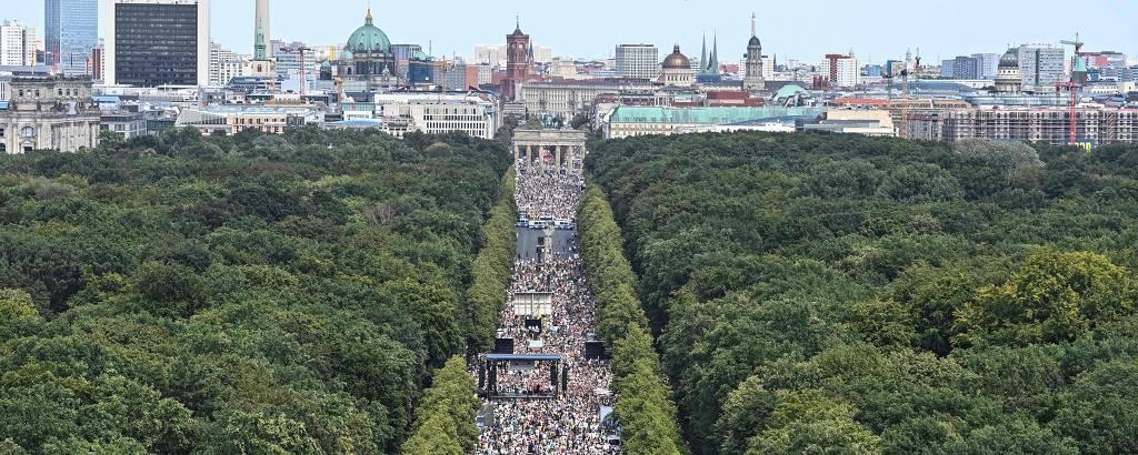 Manifestantes convocados pelo grupo Querdenken-711 em manifestação, em Berlim, com o slogan 'O fim da pandemia - O dia da liberade'