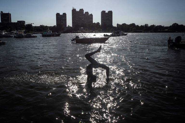 Criança brinca nas águas do rio Danúbio, em Belgrado; veja fotos de hoje