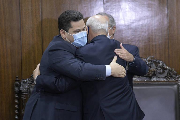 Davi Alcolumbre abraça Luiz Eduardo Ramos (de costas) e Paulo Guedes ao receber reforma da PIS/Cofins