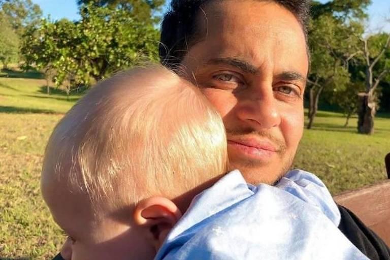 Thammy Miranda posa para foto com o filho, Bento