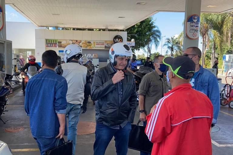 O presidente Jair Bolsonaro conversa em posto de combustível em Brasília, neste domingo (2), sem máscara
