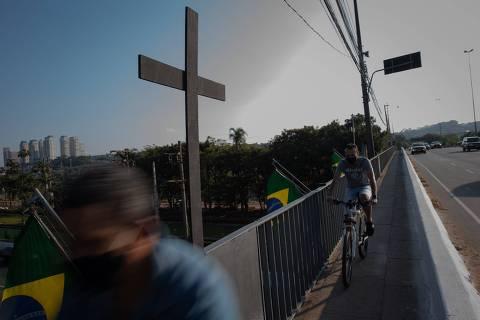 SÃO PAULO, SP, BRASIL, 02-08-2020: Instalação anônima ?Lute apesar do luto?, onde cruzes pretas de madeira foram colocadas junto as bandeiras que estão na ponte Cidade Jardim, em São Paulo. A ação pede para que o luto seja lembrado e ressalta que não há normalidade diante de 90 mil mortos no pais. (Foto: Bruno Santos/ Folhapress) *** FSP-COTIDIANO*** EXCLUSIVO FOLHA*** ORG XMIT: LUTE APESAR DO LUTO