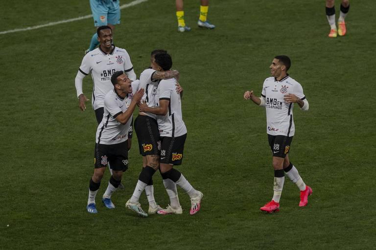 Éderson comemora com outros jogadores o gol do Corinthians contra o Mirassol