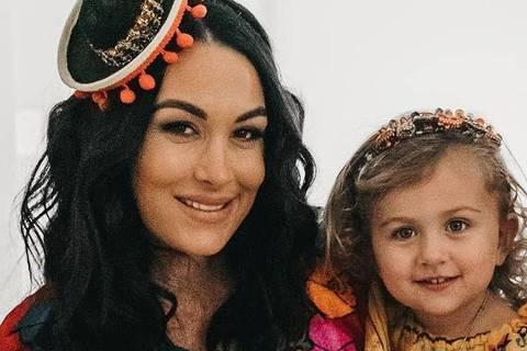 Brie Bella com o marido, Daniel, e a filha, Birdie