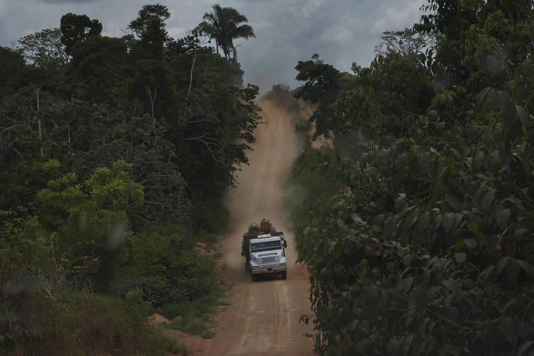Caminhão percorre estrada de terra
