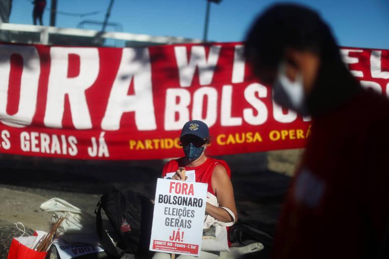 Bolsonaro conversa em posto de combustível em Brasília, sem máscara; veja fotos de hoje