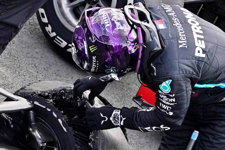 Hamilton observa rasgo no pneu da sua Mercedes após a corrida