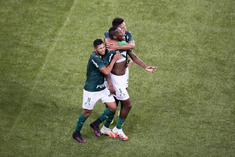 Patrick de Paula é abraço pelos companheiros de time ao comemorar gol do Palmeiras contra a Ponte Preta