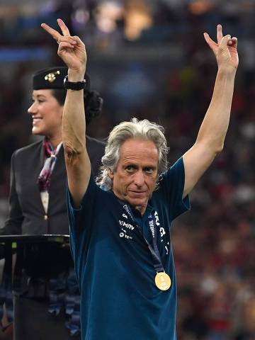 (FILES) In this file photo taken on February 26, 2020 Brazil's Flamengo coach Jorge Jesus celebrates with his medal at the end of the Recopa Sudamericana 2020 final football match against Ecuador's Independiente del Valle at Maracana Stadium in Rio de Janeiro, Brazil on February 26, 2020. - Jorge Jesus, the main architect of Flamengo's dominance in South American and Brazilian football in the last year, leaves the Rio de Janeiro club orphaned after announcing his departure. (Photo by Mauro Pimentel / AFP)