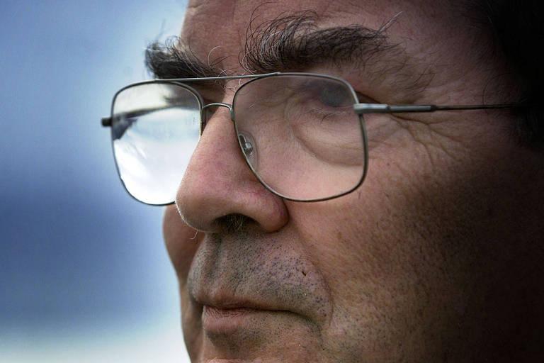 Close de rosto de homem de óculos