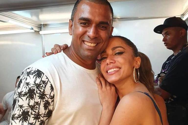 Anitta com o irmão Felipe Terra, que adotará o sobrenome Machado da cantora