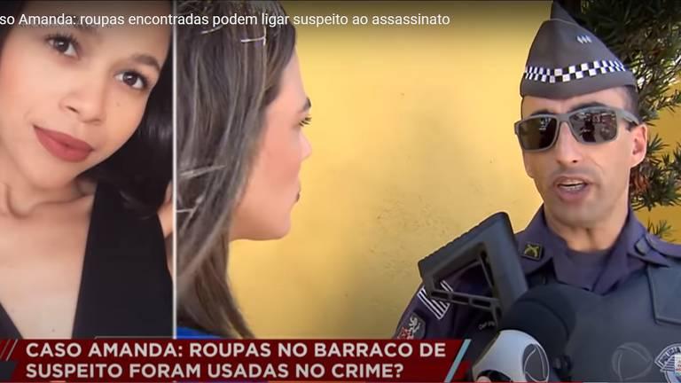 policial militar de fuzil e ósculos escuro fala com repóter
