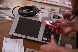 TRE-DF testa e lacra urnas que serão enviadas para votação no exterior
