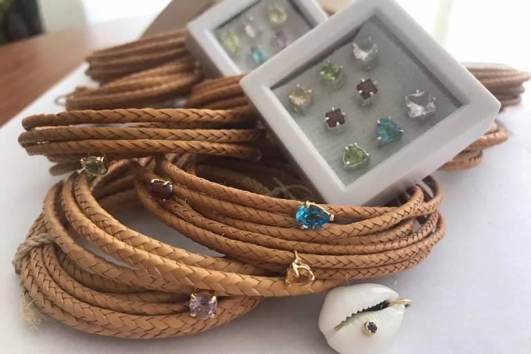 Arumã com berloques de ouro e pedras preciosas diversas