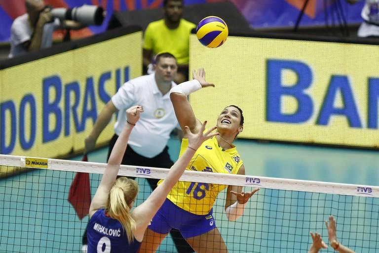 Tandara em ação pela seleção brasileira diante da Sérvia