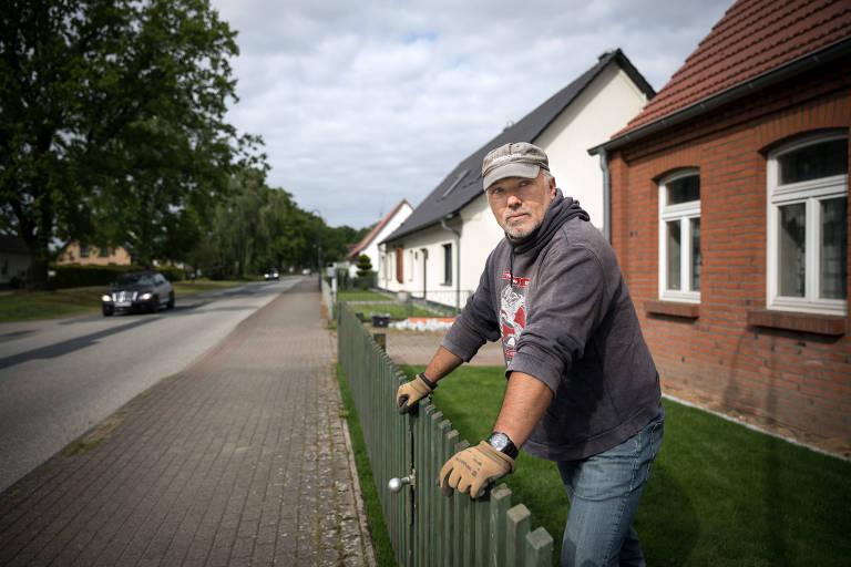 Marko Gross, líder não oficial do grupo neo nazista Nordkreuz, em sua casa, em Banzkow