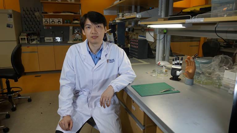 O Dr. Benjamin Tee, Professor Assistente de Ciência e Engenharia de Materiais da Universidade Nacional de Cingapura (NUS), se senta para uma entrevista em um laboratório em NUS, Cingapura