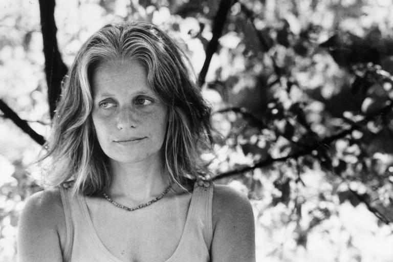 Crítica literária, professora e escritora Flora Sussekind posa no jardim da Fundação Casa Rui de Barbosa, no Rio de Janeiro, em 31.jan.1990.