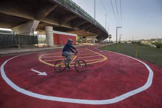 Primeiro dia de reabertura da ciclovia da marginal pinheiros  tem nova area para retorno do ciclista no final da pista na altura do parque Villa Lovos