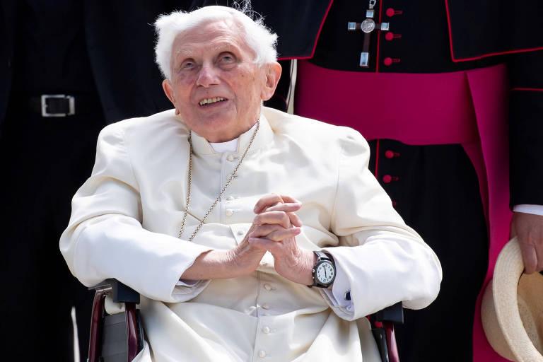 O papa emérito Bento 16 gesticula antes de embarcar em um voo para Roma