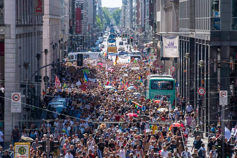 Milhares de pessoas ocupam as ruas em Berlim contra as regras para evitar a disseminação do novo coronavírus