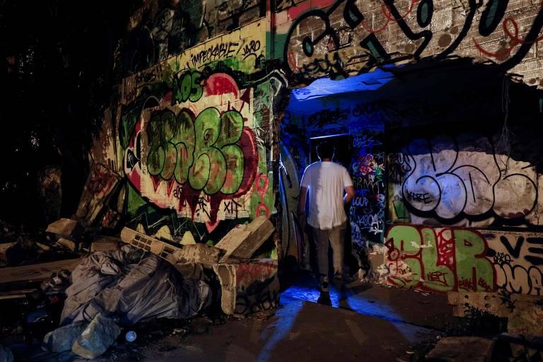 Um homem entra em festa clandestina em Gennevilliers, na capital francesa, em 1º de agosto de 2020