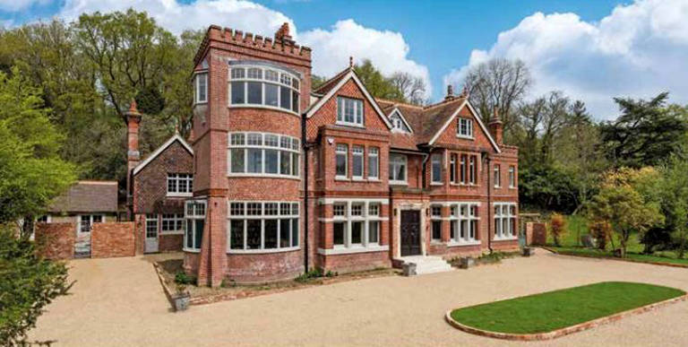 A mansão foi construida em 1890, teve sua decadência no início dos anos 2000 e foi reformada pelo 'extreme makeover' em 2015
