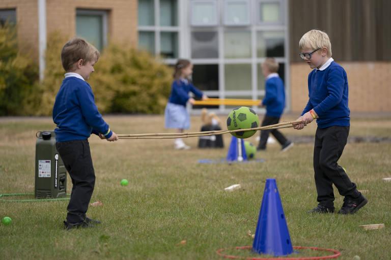 garotos de uniforme azul marinho brincam com corda