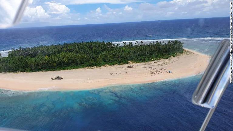 Três homens dos Estados Federados da Micronésia, na praia da Ilha Pikelot, foram encontrados após uma busca combinada nos EUA e na Austrália. Sua mensagem SOS delineada em uma praia foi vista no ar por aeronaves australianas e americanas que procuravam a área