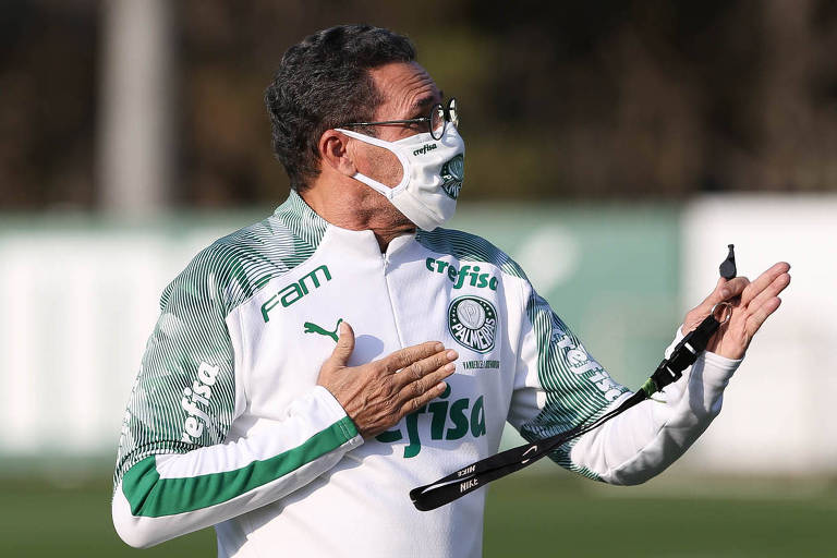 O técnico Vanderlei Luxemburgo orienta o treinamento do Palmeiras