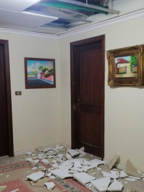 Parte do teto de gesso da casa da mãe do brasileiro Rajeh Merhi, destruído pelo impacto da explosão em Beirute