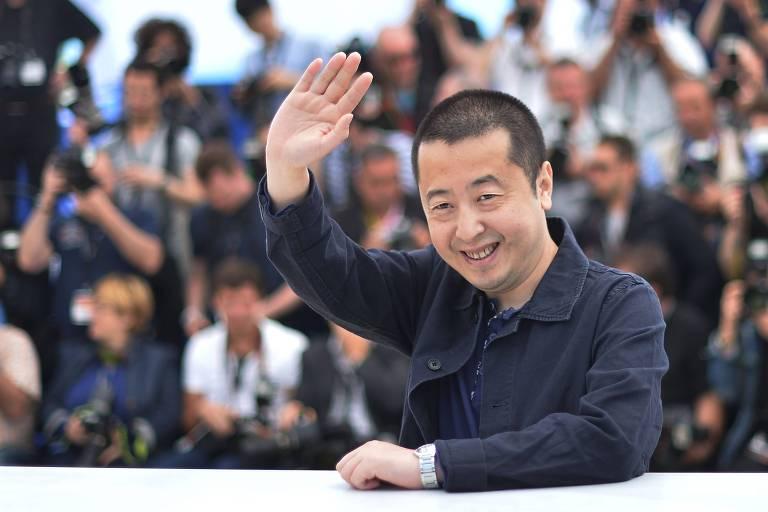 Chinês acena e sorri