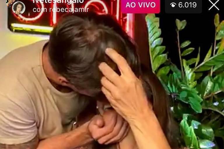 Ivete Sangalo dá beijão em marido em live e afasta boatos de crise