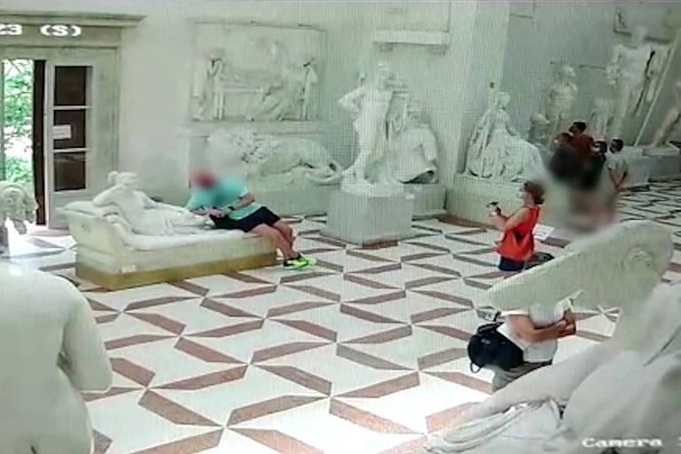 Imagens da câmera de segurança do Museu Canoviano, Itália, flagram momento em que turista quebra estátua de 200 anos de Paolina Borghese Bonaparte do Antonio Canova.