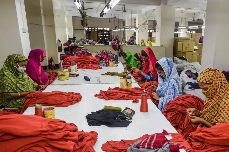 Mulheres trabalham em setor têxtil em Dhaka, em Bangladesh
