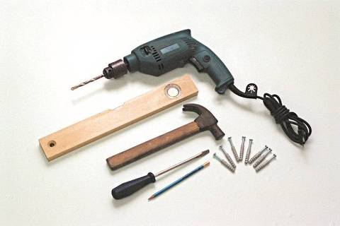 ORG XMIT: 465801_0.tif Mãos à Obra - Como instalar prateleira de suporte embutido: furadeira, martelo, chave de fenda, lápis, parafusos, buchas e nível de bolha, material necessário para a instalação de prateleira.