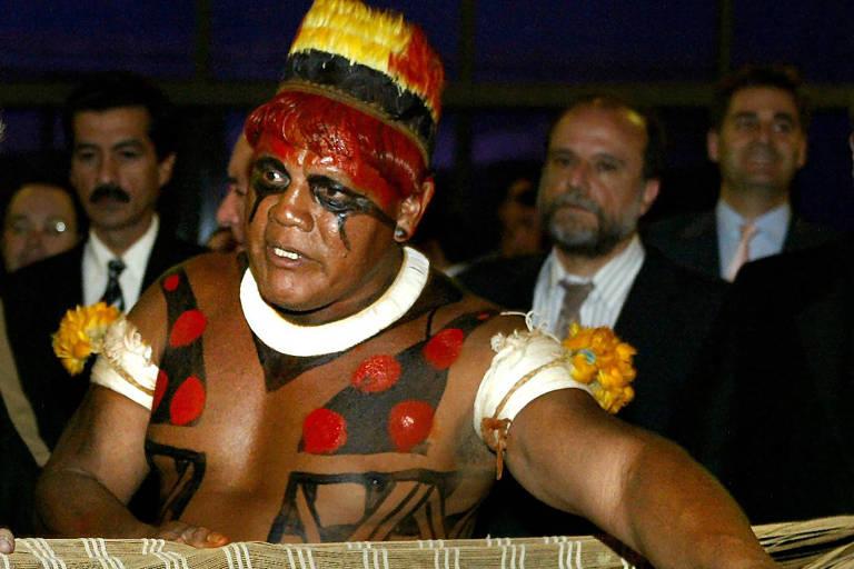 Cacique Aritana em encontro em Brasília em 2003